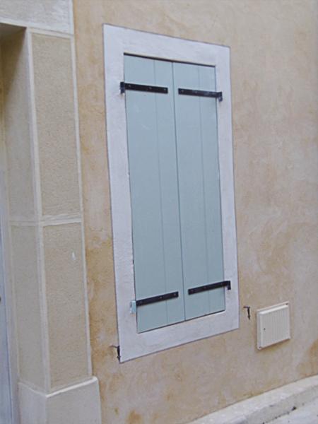 Façade à la chaux aérienne, fenêtres au lait de chaux dans l'Aude
