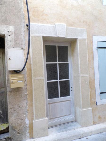 Façade à la chaux aérienne talochée, fenêtres au lait de chaux dans l'Aude